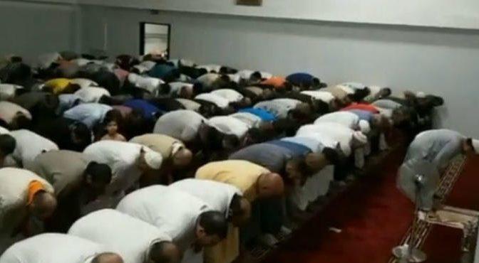 Islamici beccati a pregare nella moschea abusiva regalata dal PD