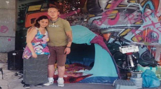 Torino, coppia italiana vive in tenda: sindaco cerca casa agli africani