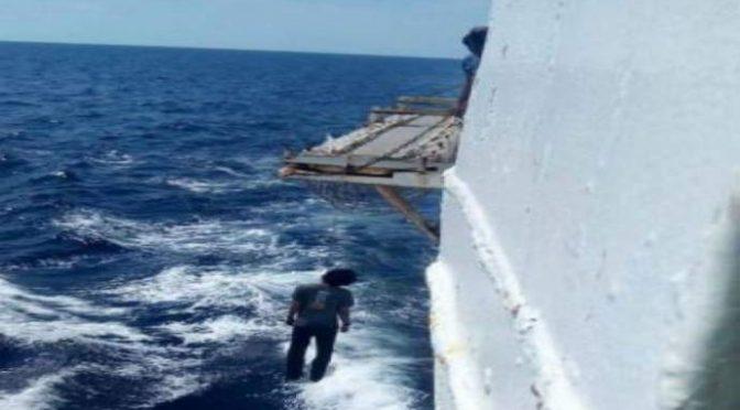 Ong gettano la maschera: clandestini buttati in mare