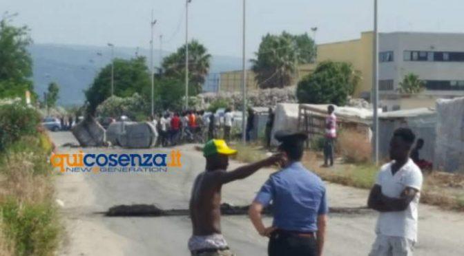 Immigrati scatenati a San Ferdinando, rovesciano cassoneti: Salvini invia agenti