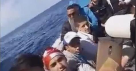 """Clandestini sbeffeggiano Salvini sui barconi: """"Grazie Allah per averci fatto arrivare in Italia"""" – VIDEO"""