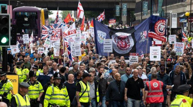 Imponente marcia patriottica, migliaia ultras sfilano a Manchester: chiedono liberazione Tommy Robinson