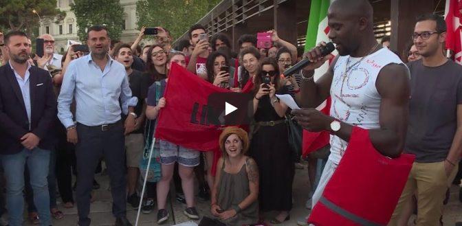 Sindaco PD, dopo sfilata con terrorista islamico canta Bella Ciao con profughi affamati – VIDEO