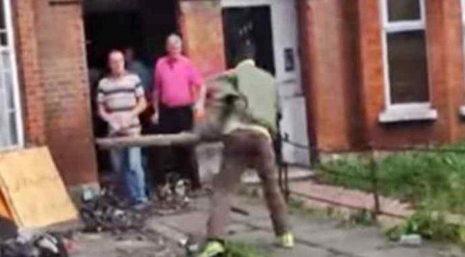 Profugo lancia assi contro auto, sprangate a poliziotti: feriti