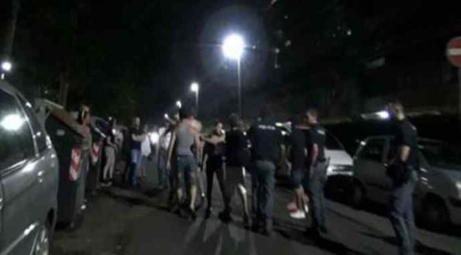 Rivolta: cittadini sgomberano palazzo occupato dai Rom