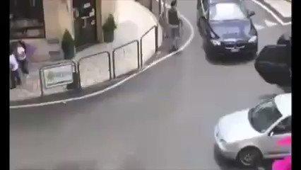 Famiglie nordafricane bloccano il traffico, rissa violenta dopo incidente – VIDEO