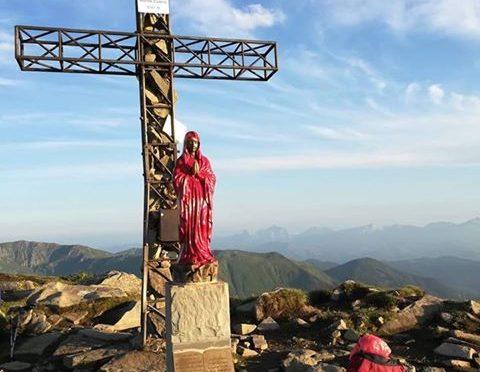 Seguace Boldrini e vandalo: imbratta Madonnina di rosso