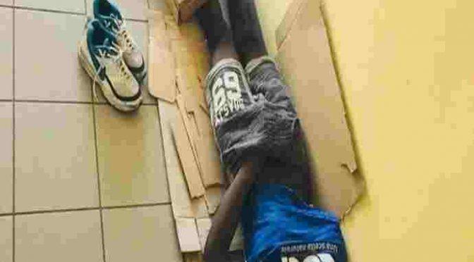 Africano 'dorme' in piazza, chi protesta accusato di 'razzismo'