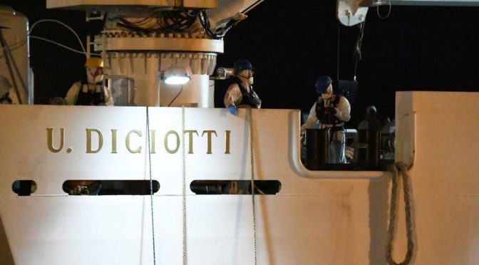Diciotti: sbarcano i clandestini, Salvini fa arrestare i 'rivoltosi'