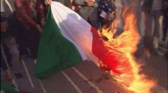 Islamici bruciano tricolore, invocano jihad contro Italia – VIDEO