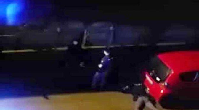 Profughi armati di coltello terrorizzano quartiere a Firenze – VIDEO