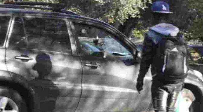 Migrante vandalizza l'auto della sindaca: aggredita con l'amica