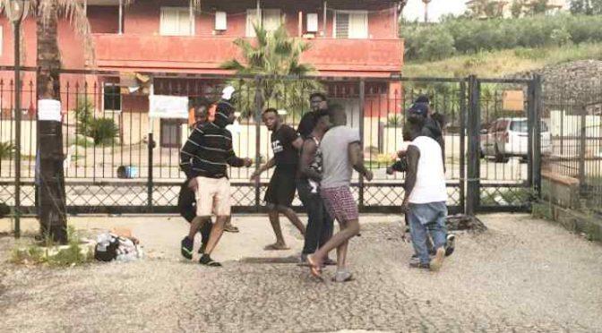 Profughi africani vogliono scegliersi l'hotel, protestano