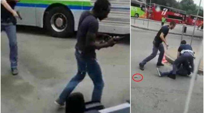 Immigrato attacca passeggeri bus armato di coltello – VIDEO
