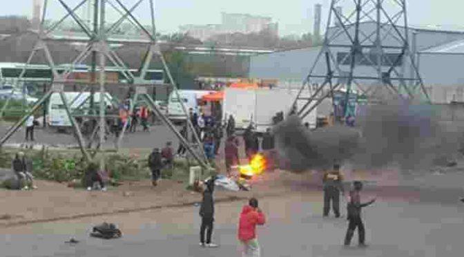 Immigrati ubriachi assaltano case, distruggono auto: scontri