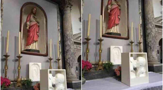 """L'ultima dei Bergoglio: """"pomiciata gay"""" sull'altare"""