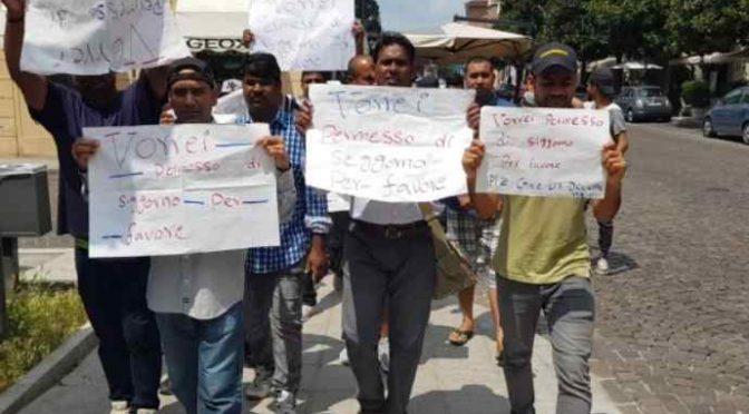 Immigrati marciano su Gorizia, pretendono accoglienza