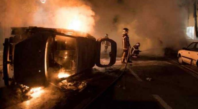 Nantes: afroislamici devastanto città, assalti e incendi – VIDEO
