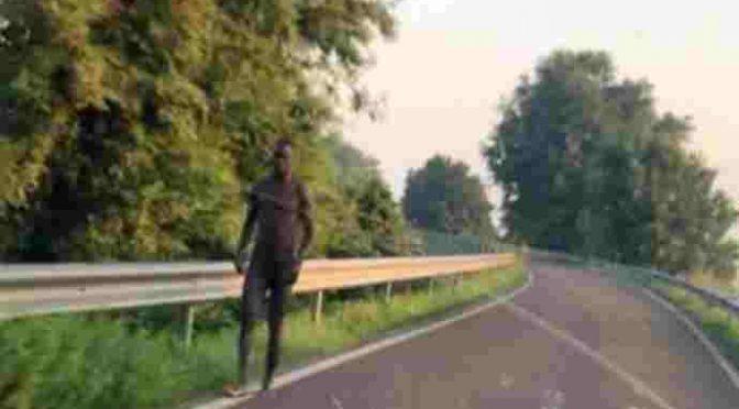 """Profugo nudo per strada: """"Tranquilli, è solo pazzo"""""""