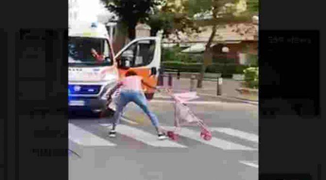 Africana blocca ambulanza usando bambina – VIDEO