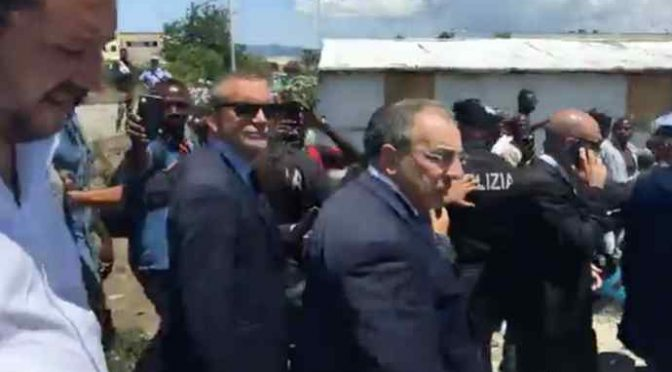 Salvini visita baraccopoli immigrati, accolto da centinaia di smartphone – VIDEO