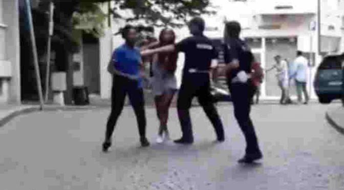 Dicono a nigeriane di non ubriacarsi, sputi e minacce ad agenti – VIDEO