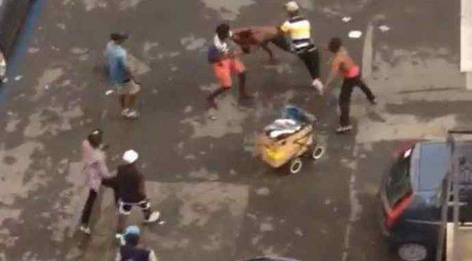 Napoli, africano nudo minaccia passanti armato di coltello