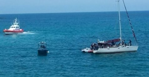 Yacht a vela scarica 80 clandestini a Crotone