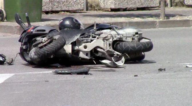 Immigrato sparge olio su strada per guardare cadere gli scooter