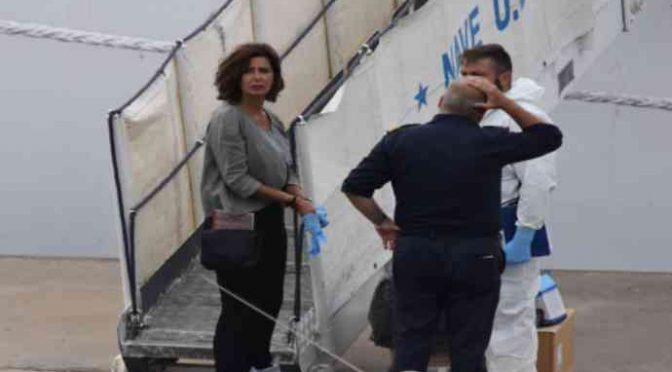 Diciotti, Boldrini indossa i guanti per toccare i migranti – FOTO