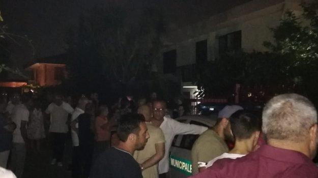 Rivolta contro Rom in case popolari, barricate in strada
