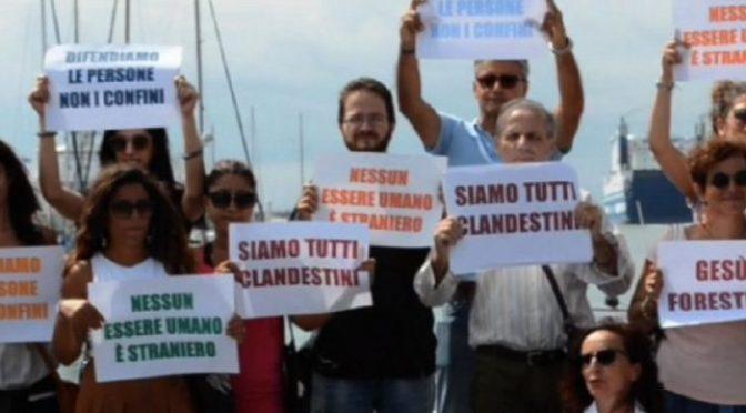 """Diciotti, Coop manifestano sotto nave: """"Dateli a noi"""""""