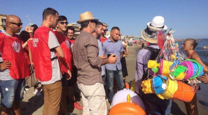 CasaPound libera spiaggia da abusivi, sinistra protesta