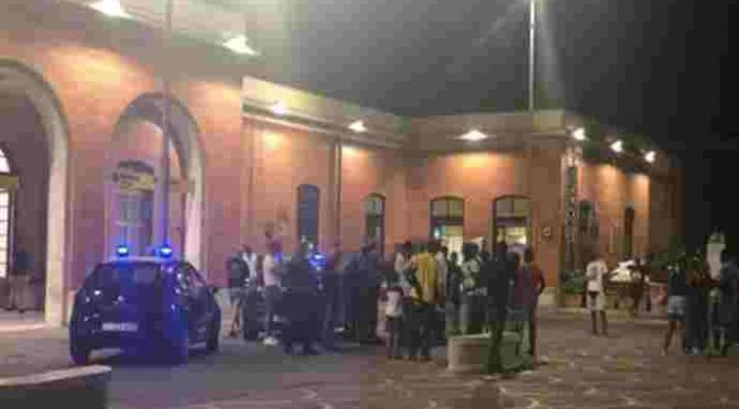 Africani circondano agenti che proteggono donna italiana, caos a Pontedera