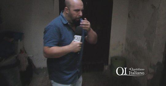 Degrado: migranti scaricano secchi di cacca per strada – VIDEO