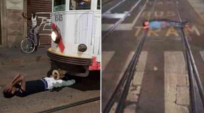Milano, immigrati bloccano tram sdraiandosi su rotaie – FOTO