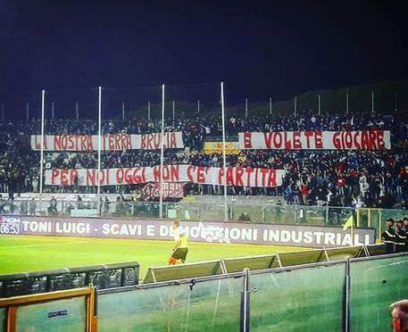 """Ultras Pisa abbandonano stadio: """"Nostra terra brucia e voi giocate"""""""