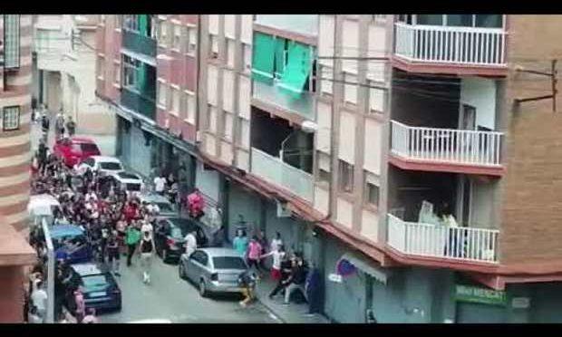Barcellona: cittadini assaltano palazzo occupato – VIDEO