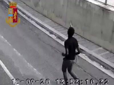 Nigeriano spranga auto di passaggio, arrestato – VIDEO