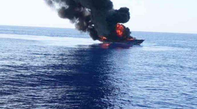 Guardia costiera distrugge barcone, affondato – VIDEO