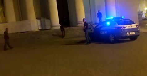 Trieste, leghista sgombera i clandestini dalla chiesa – VIDEO