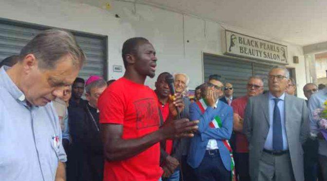 Clandestini in fuga da Salvini si rifugiano in città della Mafia Nigeriana – VIDEO