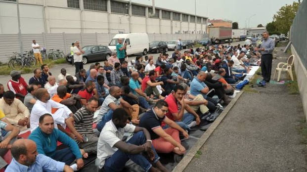 Milano, islamici trasformano strada in moschea all'aperto