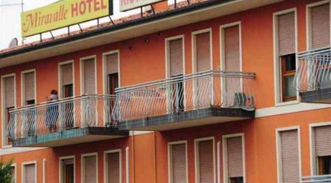 Profughi spacciavano davanti a questo hotel che li ospitava