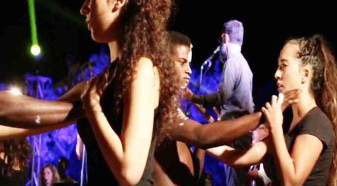 Profughi seminudi ballano con ragazzine italiane, pagate voi – VIDEO