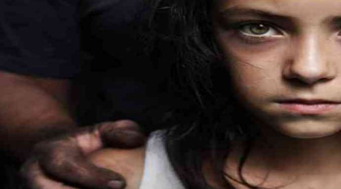 Nigeriano violenta ragazzina di 16 anni su gradini chiesa: poi la trascina via