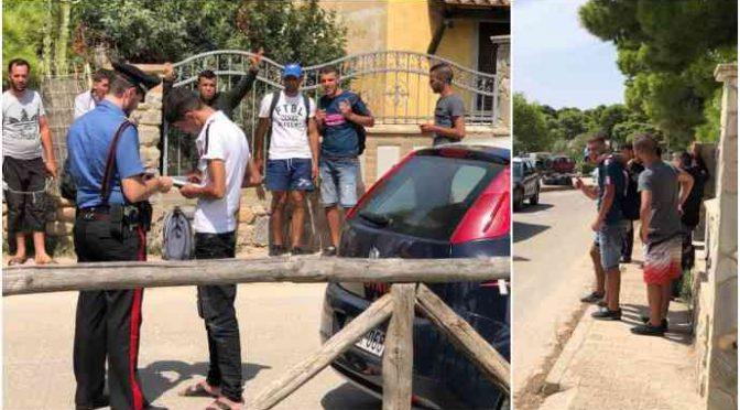 Sbarcano 42 islamici, sembrano turisti – FOTO