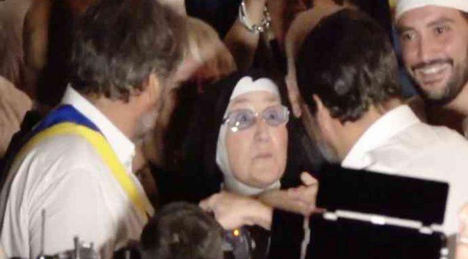 """Suora abbraccia Salvini: """"Io sono con te"""" – VIDEO"""