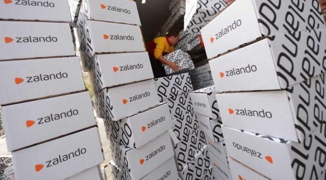 Ai profughi piace vestire alla moda: boom consegne Zalando in centri accoglienza