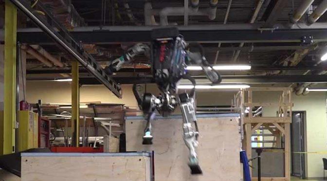 Atlas, il robot che sale le scale – VIDEO